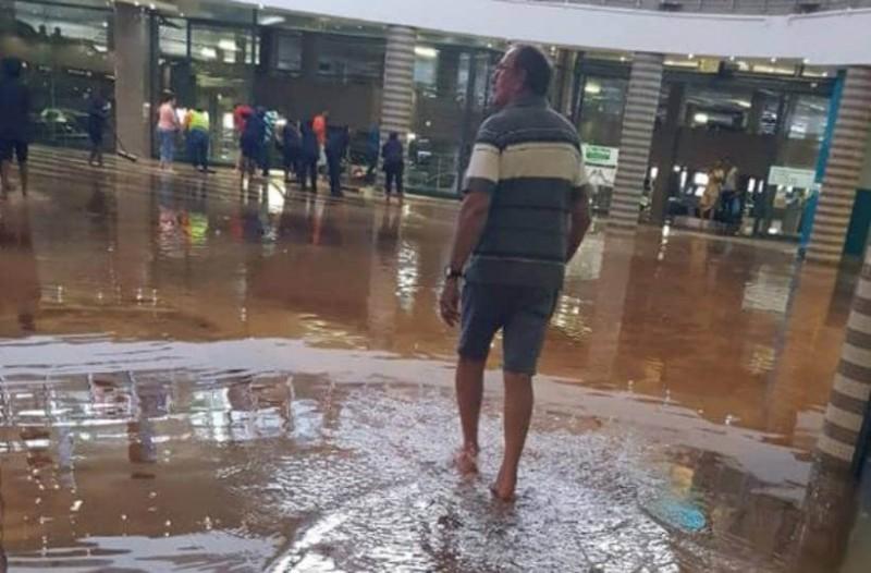 """Βροχή πλημμύρισε εμπορικό κέντρο και η μπάντα έπαιζε τον """"Τιτανικό"""" [βίντεο]"""