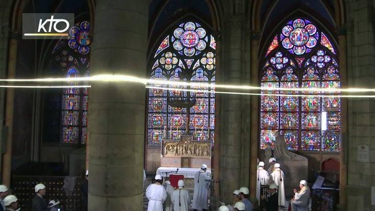 Παναγία των Παρισίων: Τελέστηκε η πρώτη λειτουργία, κράνη φορούσαν οι παρευρισκόμενοι