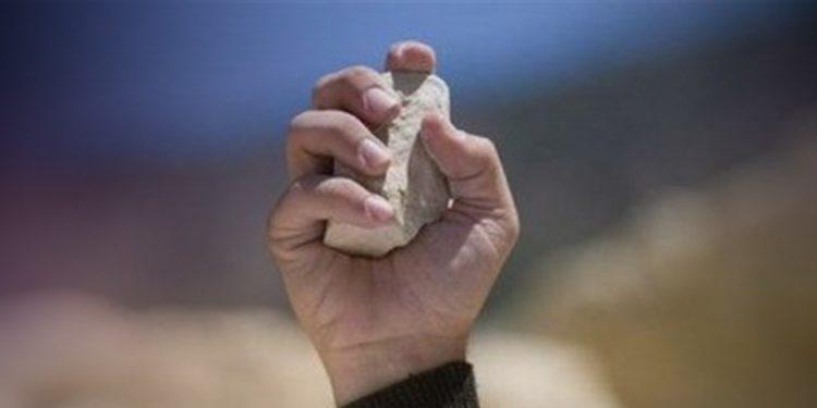 Ηράκλειο: Στο κρατητήριο τρεις νεαροί επειδή πετούσαν πέτρες