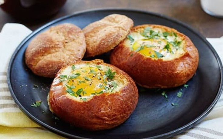 Αβγά ψητά σε φωλιές ψωμιού