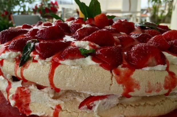 Πάβλοβα με φράουλες, για τη μεγάλη γιορτή της άνοιξης