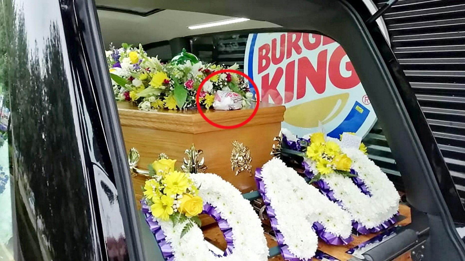 Εκπλήρωσε την τελευταία επιθυμία του πατέρα του πηγαίνοντας το φέρετρό του στα Burger King [φωτο]