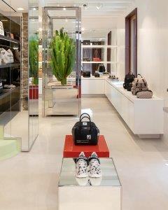H Burberry ανοίγει το νέο της pop-up κατάστημα στο Nammos Village και είναι απλά μαγευτικό!