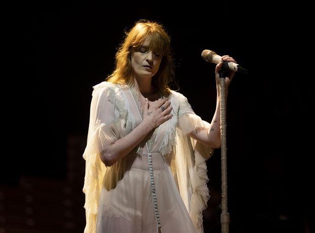 10 looks που αποδεικνύουν ότι η Florence Welch είναι η απόλυτη boho queen