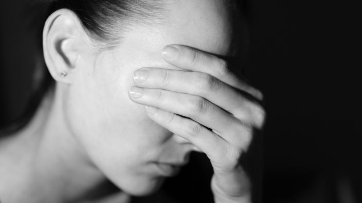 Σοκ στο Ηράκλειο: Βρήκε ερωτικό μήνυμα στο κινητό της γυναίκας του και της έκοψε τα μαλλιά με μαχαίρι