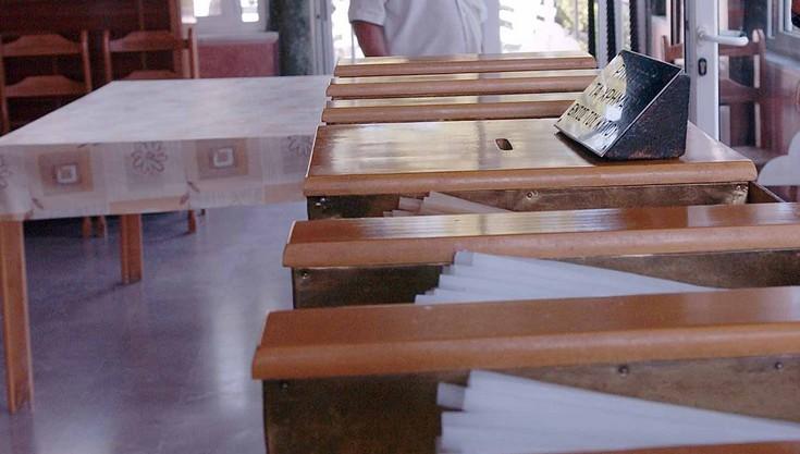 Κρίση στο παγκάρι της εκκλησίας, πιστοί ρίχνουν κουμπιά αντί για κέρματα
