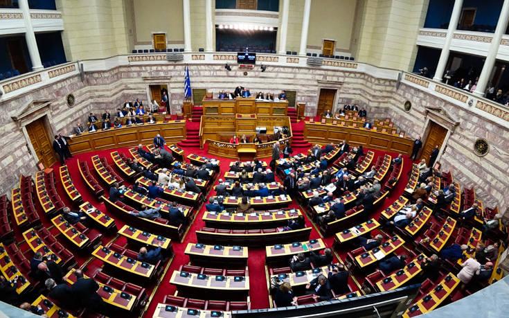 Πρεμιέρα σήμερα για την 18η Βουλή της Μεταπολίτευσης με… δώρο ένα βιβλιαράκι