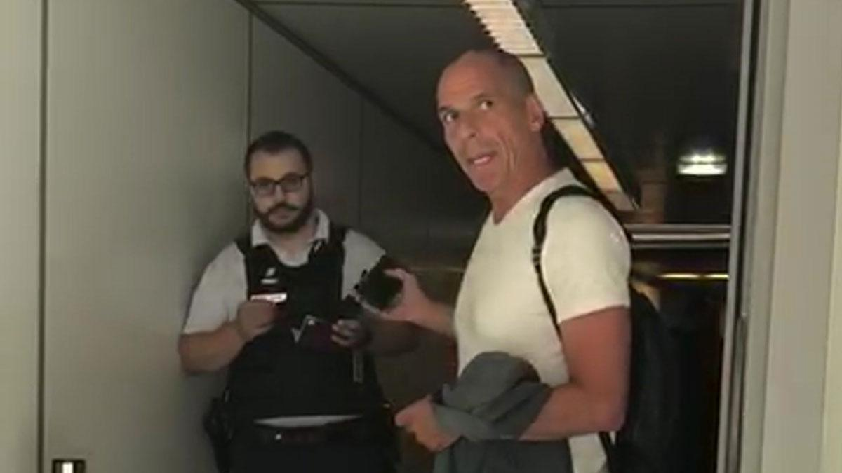 Παρίσι: Επεισόδιο με αστυνομικό είχε ο Γιάνης Βαρουφάκης στο αεροδρόμιο Σαρλ ντε Γκολ (βίντεο)