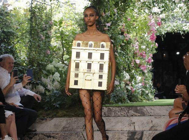 """Μοντέλο στην πασαρέλα του οίκου Dior φόρεσε ένα χρυσό κουκλόσπιτο. Όχι, βρες κάτι πιο avant-garde απ"""" αυτό"""