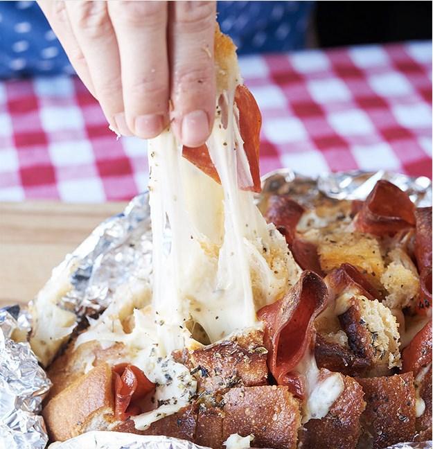 Ψωμί πίτσα με πεπερόνι και μοτσαρέλα!