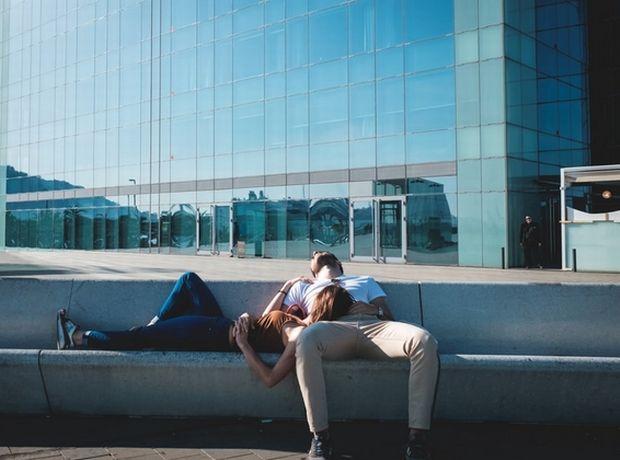 Οι γυναίκες χάνουν ύπνο εξαιτίας του ροχαλητού του συντρόφου, σύμφωνα με έρευνα (και 4 tips για να κοιμηθείς πιο εύκολα)