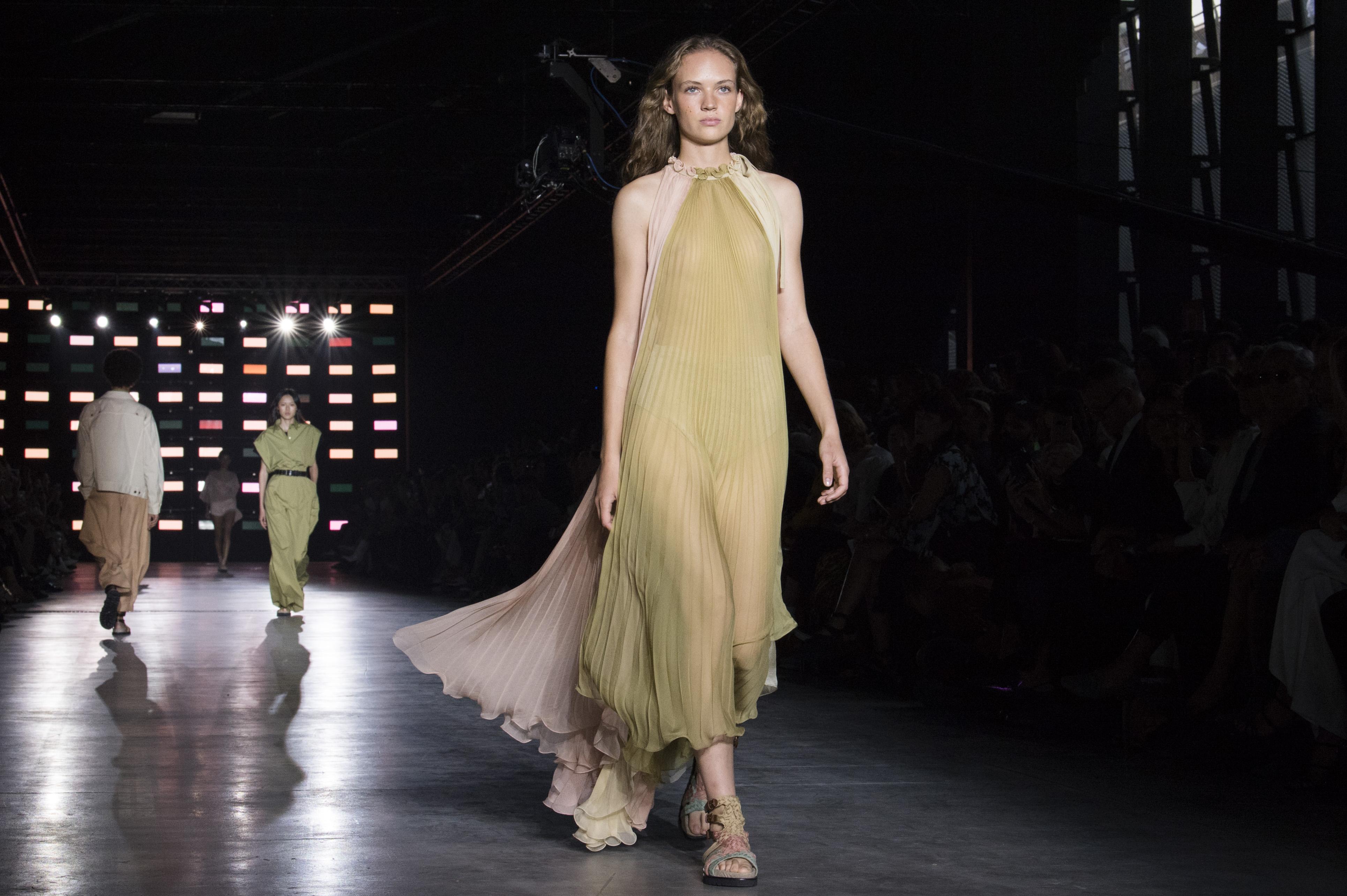 Pleated Pleasure: οι πλισέ φούστες είναι η κομψή επιλογή για αυτή την εποχή