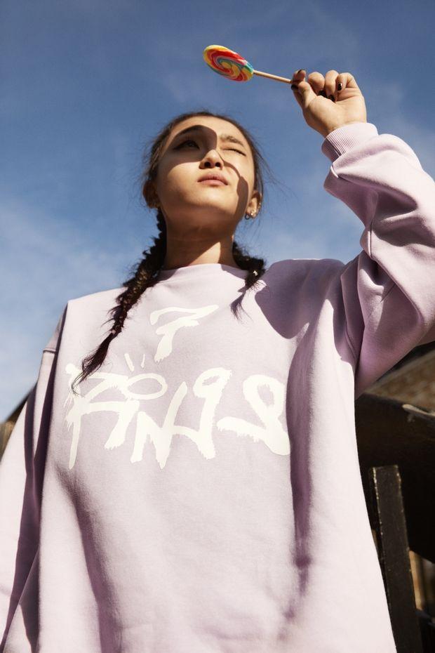 Η Ariana Grande σχεδιάζει ρούχα για την H&M και το «thank u, next» παίζει ήδη στο repeat