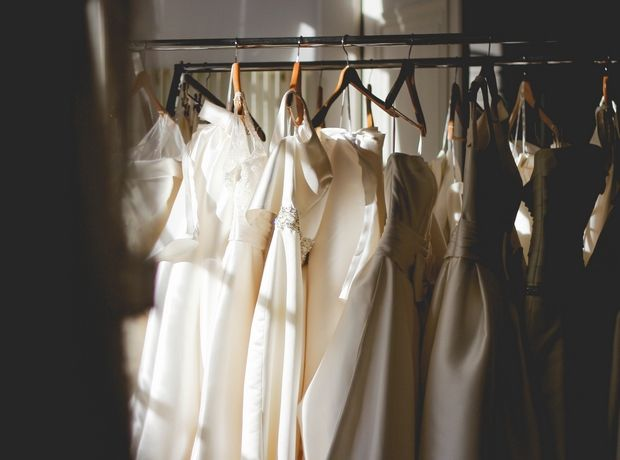 Παντρεύεσαι και δε θέλεις να βάλεις νυφικό: Σου βρήκαμε 5 ρούχα που δεν είναι το κλασικό φόρεμα
