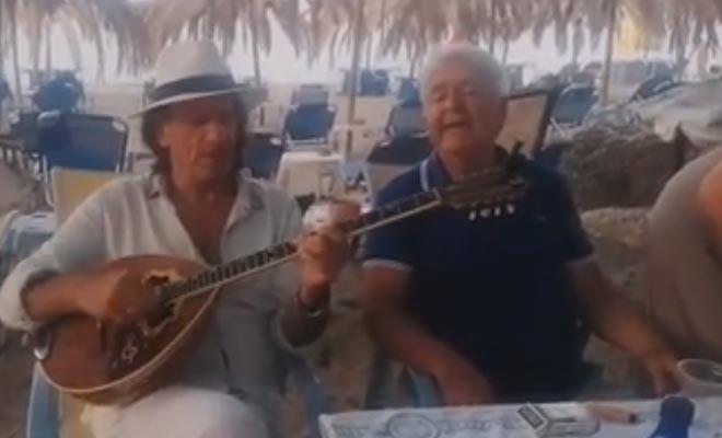 Πασχάλης Τερζής: Απολαμβάνει την ηρεμία του στη Χαλκιδική, τραγουδάει στην παραλία και μαγεύει με τη φωνή του