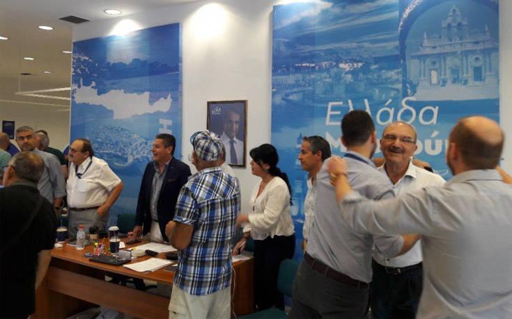 Αποτελέσματα εθνικών εκλογών 2019: Χαμόγελα και αγκαλιές στα γραφεία της ΝΔ στο Ηράκλειο Κρήτης