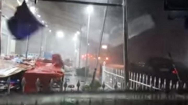 Χαλκιδική: Η στιγμή που ανεμοστρόβιλος χτυπά τη Νέα Καλλικράτεια (βίντεο)