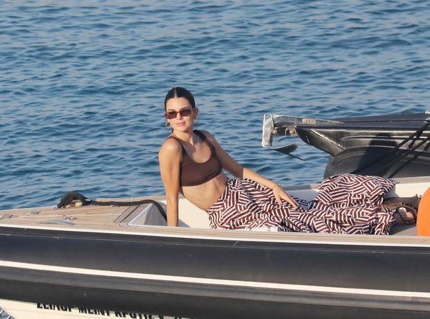 Η Kendall Jenner έκανε διακοπές στη Μύκονο και μας έδειξε πώς με ένα και μόνο item θα απογειώσουμε το look μας