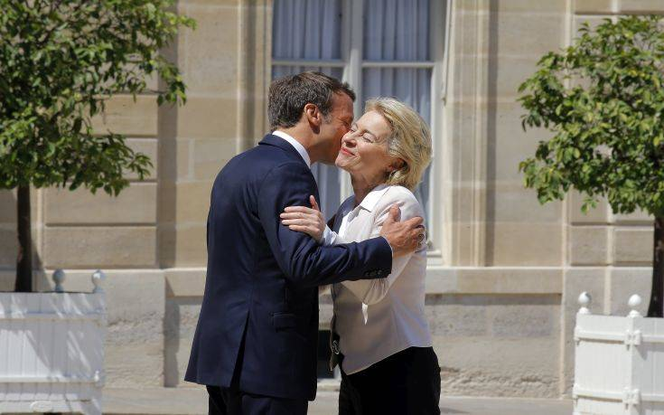 Την Ούρσουλα φον ντερ Λάιεν υποδέχθηκε ο Εμανουέλ Μακρόν στο Ελιζέ