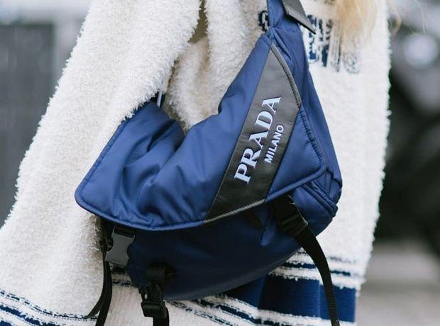 Ο οίκος Prada επανακυκλοφορεί την εμβληματική νάιλον τσάντα του με ανακυκλώσιμα υλικά