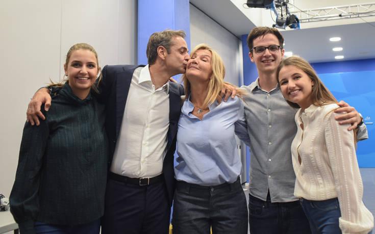 Το φιλί του Κυριάκου Μητσοτάκη στην Μαρέβα και η οικογενειακή αγκαλιά