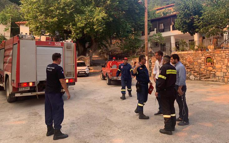 Φωτιά στην Εύβοια: Στα Θαρούνια του δήμου Κύμης Αλιβερίου ο Κώστας Μπακογιάννης