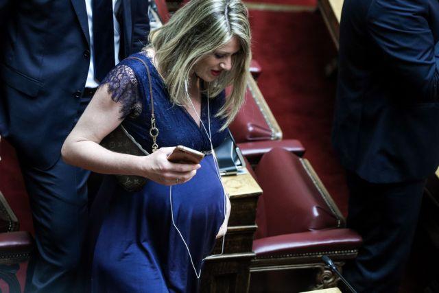 Ποια είναι η εγκυμονούσα βουλευτής που έκλεψε τις εντυπώσεις στην ορκωμοσία της νέας Βουλής (εικόνες)
