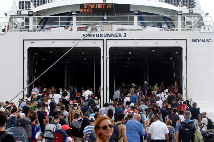 Το αδιαχώρητο επικρατεί στο λιμάνι του Πειραιά – 10λεπτη παράταση στον απόπλου των πλοίων