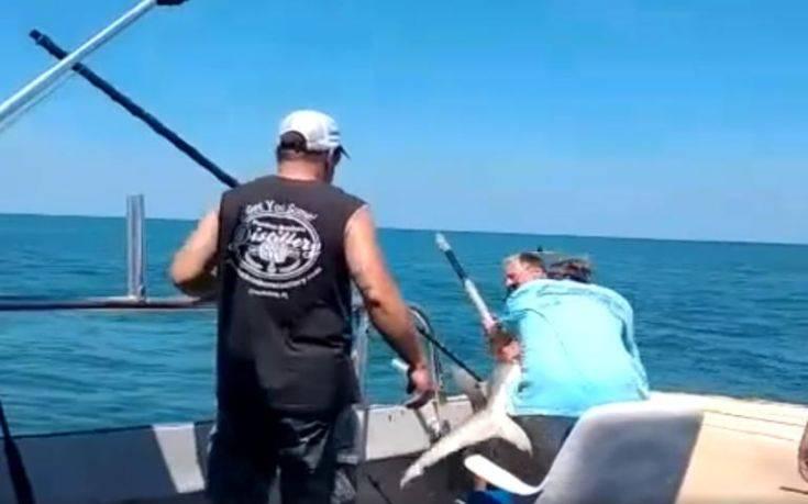 Βίντεο με καρχαρία που δαγκώνει ψαρά πάνω στο σκάφος