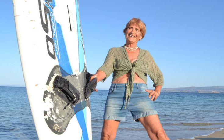 Η Ελληνίδα σέρφερ που στα 81 της διδάσκει αγάπη για τη ζωή