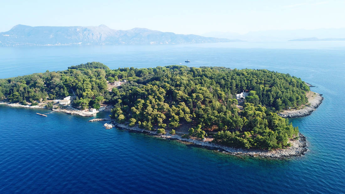Μικροσκοπικά νησιά και βραχονησίδες ολόκληρα μια παραλία στα νερά του Αιγαίου και του Ιονίου