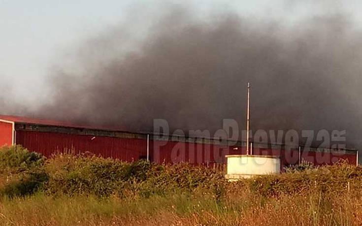 Ερωτήματα για το πώς ξέσπασε η φωτιά σε αποθήκη στην Πρέβεζα