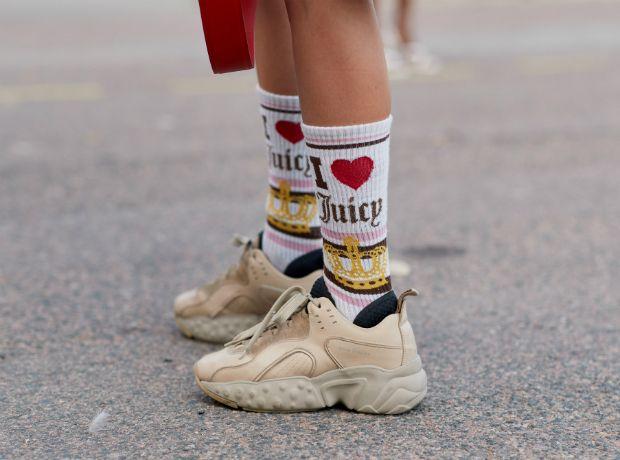 Το τέλειο κόλπο για να μετατρέψεις τις κάλτσες σου σε καλτσάκια στο λεπτό