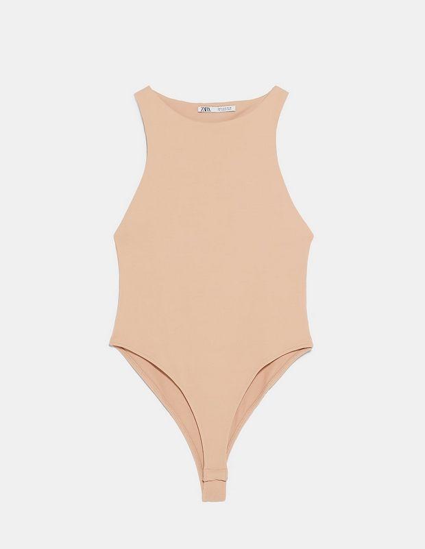 Η Rosie Huntington-Whiteley έχει πάθει εμμονή με ένα nude ZARA κορμάκι. Το βρήκαμε και κοστίζει 12,95 ευρώ