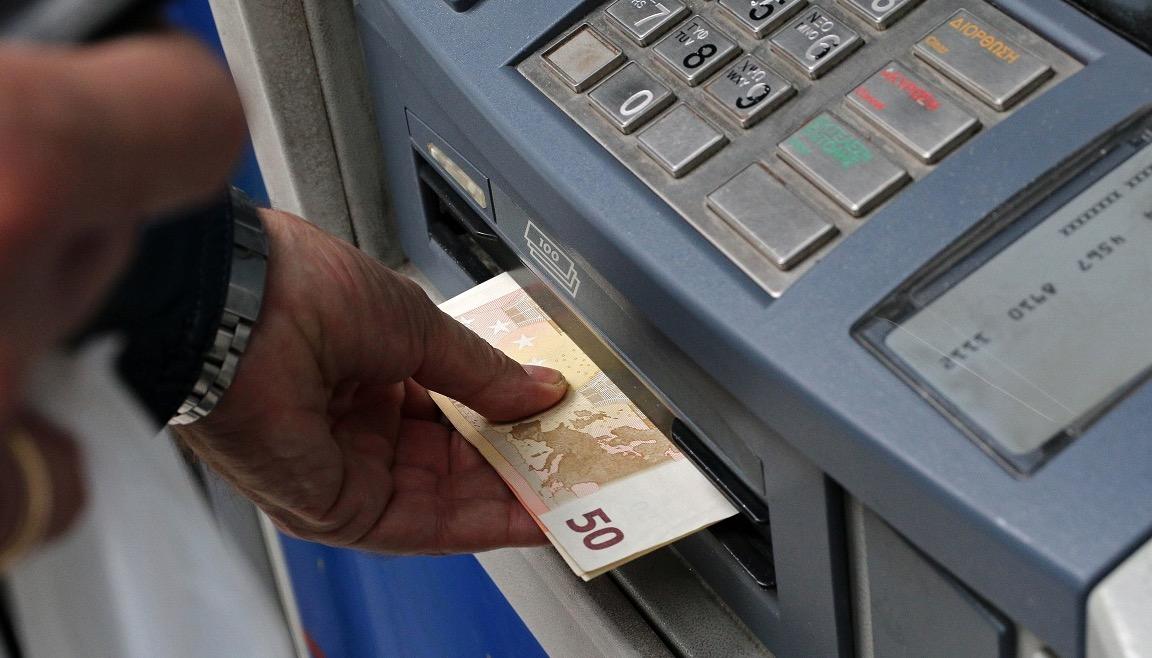 Από σήμερα: Έως και 3 ευρώ οι χρεώσεις για αναλήψεις από ΑΤΜ άλλων τραπεζών