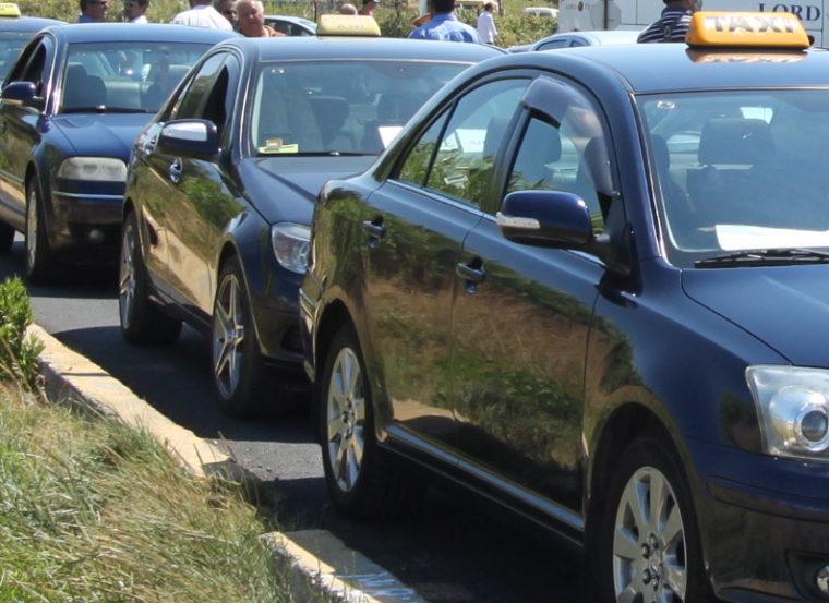 Ταλαιπωρία για 2 γυναίκες στην Κέρκυρα: Περπάτησαν 2 χλμ, γιατί τα ταξί αρνήθηκαν να τις εξυπηρετήσουν