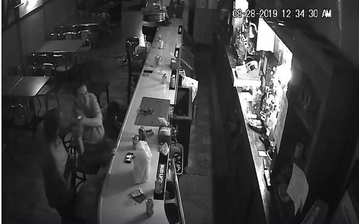 Στο μπαρ γίνεται ένοπλη ληστεία και εκείνος πίνει αμέριμνος