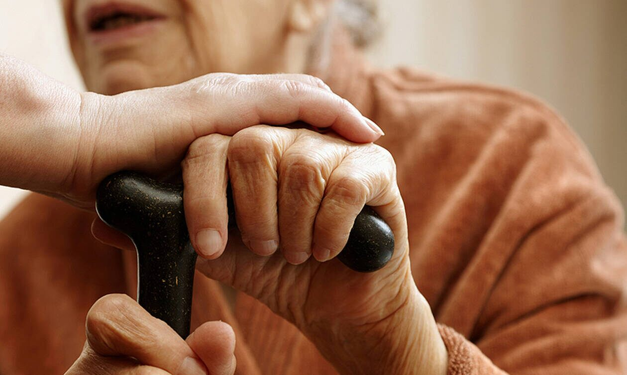 Πάτρα: Ψέκασε με σπρέι 69χρονη στο μπαλκόνι της και την έκλεψε