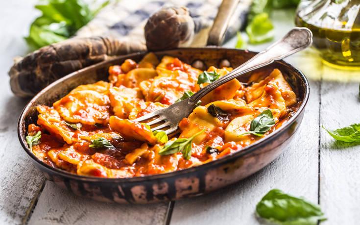 Ραβιόλια στο φούρνο με ντομάτα και τυριά