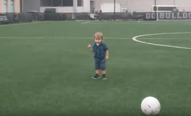 Όταν ετοιμάζεσαι για καριέρα στο ποδόσφαιρο αλλά ξαφνικά ανακαλύπτεις τις γυναίκες… [Βίντεο]