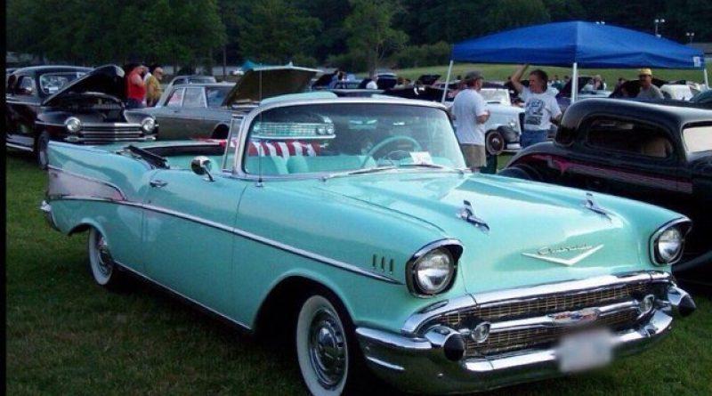 Alimos Classic Car Sunday: Ο δήμαρχος Αλίμου στο τιμόνι μιας κάμπριο Chevy Bel Air του 1957