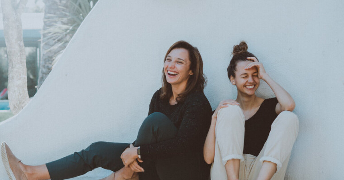 Είναι η φίλη σου στενοχωρημένη; Με αυτά τα tips θα τη βοηθήσεις να χαμογελάσει ξανά