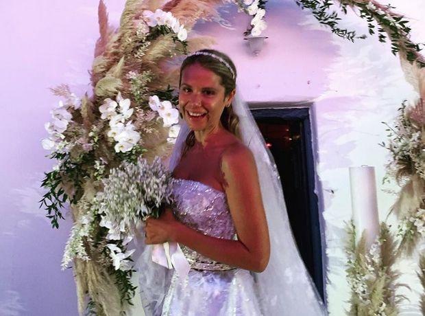 Γάμος Κριθαριώτη-Δαρίβα: To εντυπωσιακό νυφικό που σχεδίασε η Σήλια Κριθαριώτη και το ακόμη πιο εντυπωσιακό πέπλο