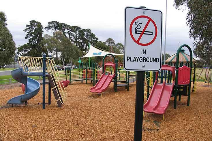 Απαγορεύεται το κάπνισμα σε παιδικές χαρές