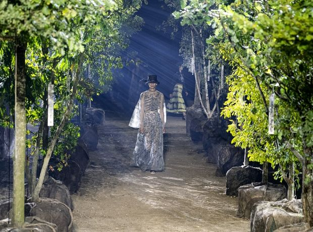 H Maria Grazia Chuiri φυτεύει δέντρα στην πασαρέλα του Dior και παρουσιάζει μία από τις καλύτερες συλλογές του οίκου