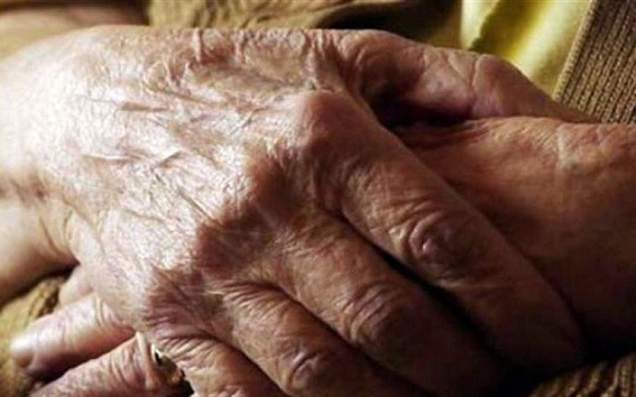 Λαμία: Νεαρή Ρομά παρίστανε τη ζητιάνα και έκλεψε ηλικιωμένη