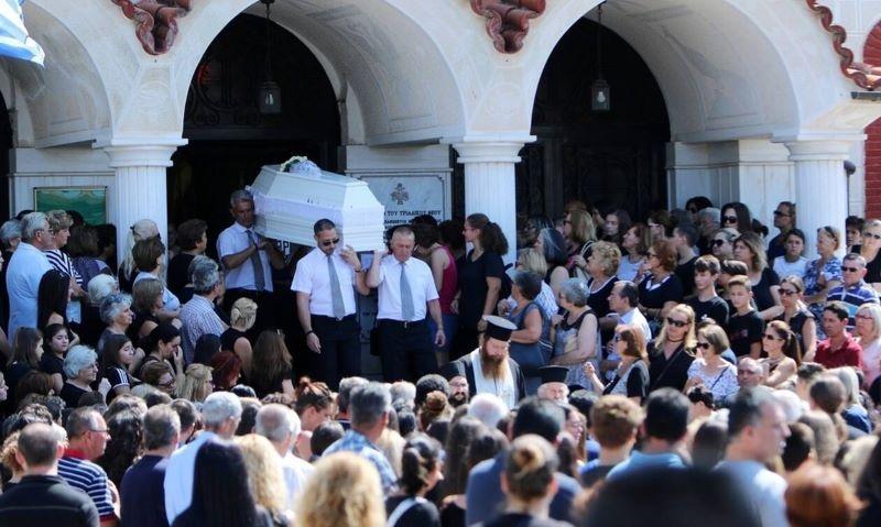 Τραγωδία στο λούνα παρκ: Σπαραγμός στην κηδεία της 14χρονης