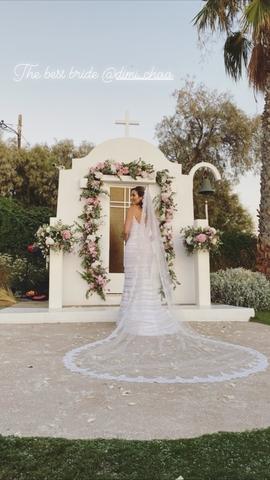 Γάμος Λαζαράτου: Τι φόρεσε η νύφη, οι κουμπάρες Καμπούρη και Χρουσαλά και οι υπόλοιπες celebrities