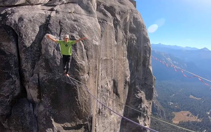 Σχοινοβατώντας χωρίς ασφάλεια σε 1.000 μέτρα ύψος