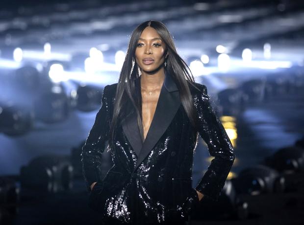 Η Naomi Campbell έκλεισε το show του Saint Laurent γιατί είναι η βασίλισσα του runway